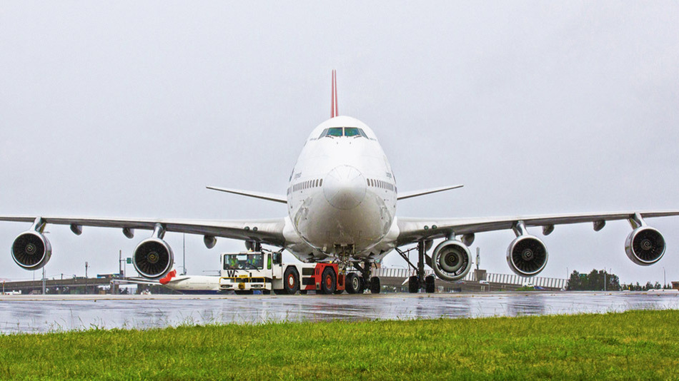 Qantas Plane Flies With Five Engines